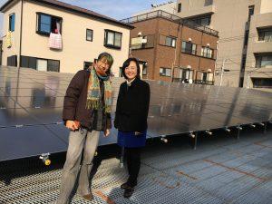 代表理事の奈良さんと太陽光パネルの前で。